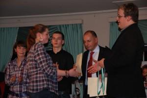 Tobias Kürten überreicht Jana Erstfeld Medaille und Urkunde.
