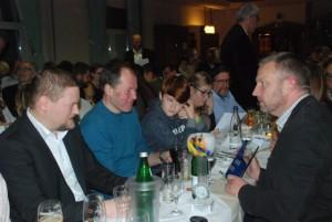 An unserem Tisch wurde der neue Paul-Schallbruch-Pokal bestaunt.